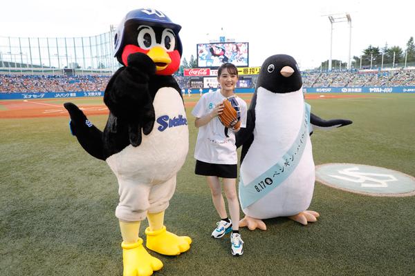 映画『ペンギン・ハイウェイ』(8月17日公開)のアデリーペンギン☆『東京ヤクルトスワローズ』つば九郎☆映画の主人公『アオヤマ君』の北香那さんが初の始球式。